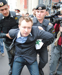 Nikolai Alekseev being arrested during a 2010 protest (Photo: Nico111)