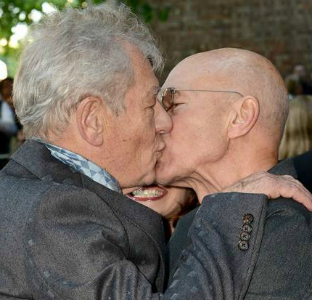 Patrick Stewart & Ian McKellen Share Kiss on the Lips at ... |Ian Mckellen Patrick Stewart Kiss