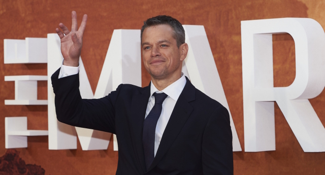 "US actor Matt Damon poses for photographers as he arrives for the European premiere of ""The Martian"" in London's Leicester square on September 24, 2015.  AFP PHOTO / NIKLAS HALLE'N"