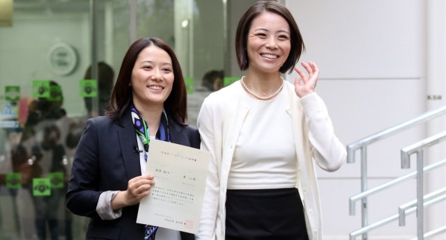 Japanese couple receive their certificate in Shibuya ward (Getty Images)