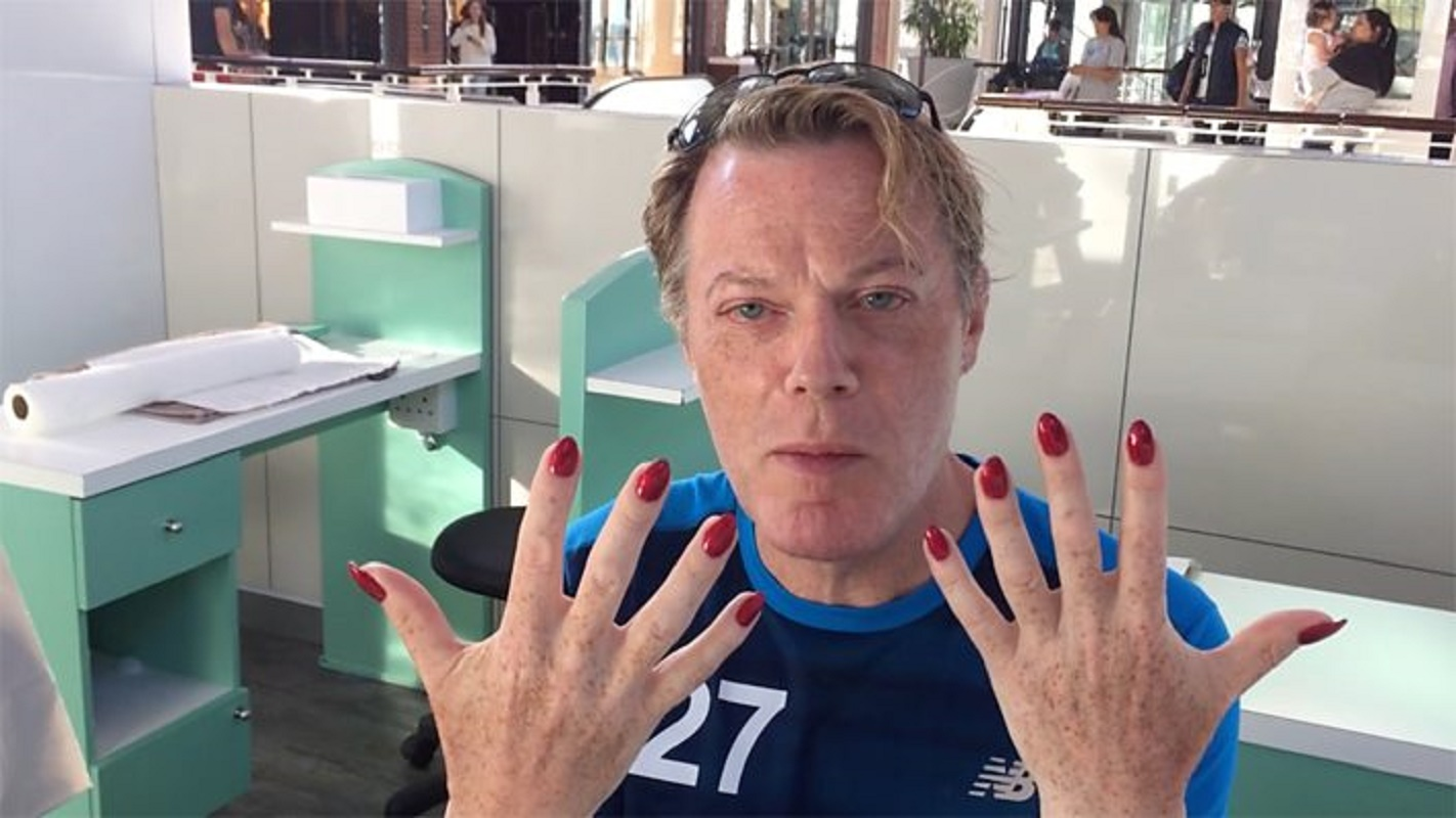 Watch: Eddie Izzard perfectly explains his gender – while getting ...