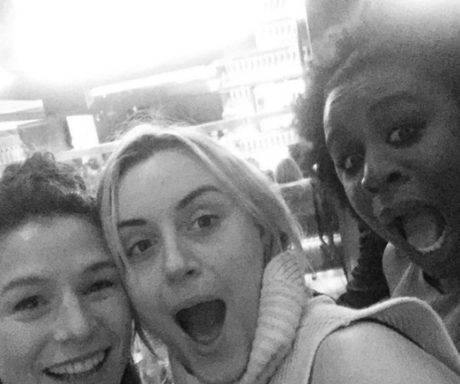 oitnb-cast-hanging-out-3