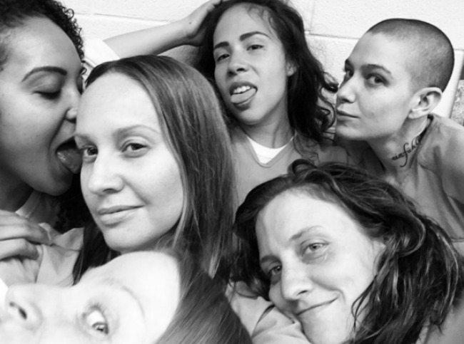 oitnb-cast-hanging-out-4