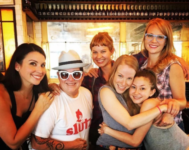 oitnb-cast-hanging-out-9