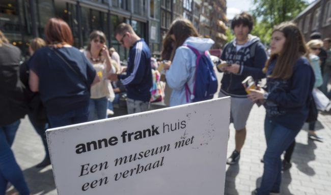 Tourists line up outside the Anne Frank house in Amsterdam, on June 15, 2015. / AFP / ANP / Lex van Lieshout / Netherlands OUT        (Photo credit should read LEX VAN LIESHOUT/AFP/Getty Images)
