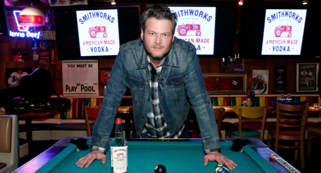 Blake Shelton issued an apology after the tweets came back to haunt him (Image: Getty - under licence)