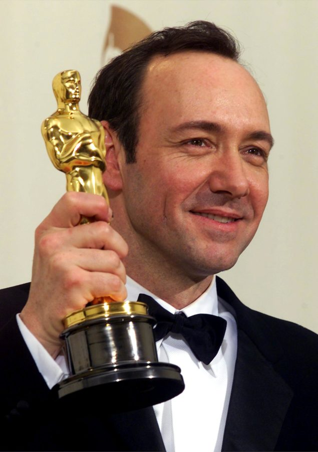 """LOS ANGELES, UNITED STATES:  Actor Kevin Spacey holds his Oscar for Best Actor for his role in """"American Beauty""""  at the 72nd Annual Academy Awards in Los Angeles, CA 26 March 2000.    (ELECTRONIC IMAGE)    AFP PHOTO/SCOTT NELSON (Photo credit should read Scott Nelson/AFP/Getty Images)"""