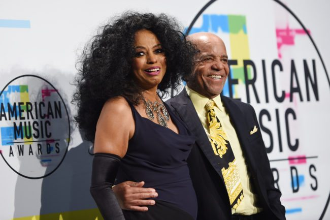 Diana Ross poses in the press room with music producer Berry Gordy at the 2017 American Music Awards on November 19, 2017, in Los Angeles, California. / AFP PHOTO / Valerie Macon        (Photo credit should read VALERIE MACON/AFP/Getty Images)