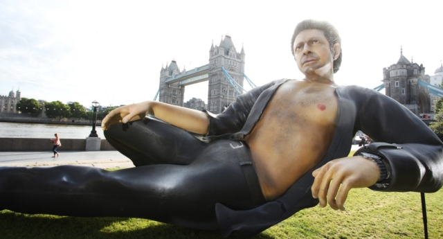 A giant statue of Jeff Goldblum has been unveiled in front of Tower Bridge, London, to mark the 25th anniversary of 'Jurassic Park.' (NOW TV)