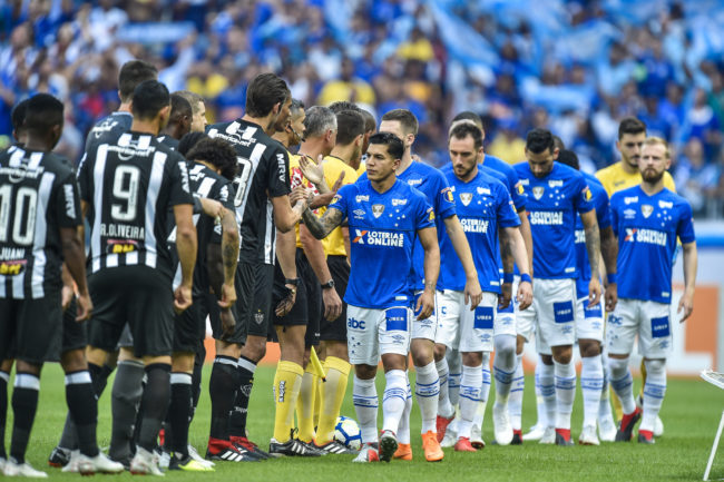 BELO HORIZONTE, BRAZIL - SEPTEMBER 16: Players of Cruzeiro and Atletico MG shake hands before the match between Cruzeiro and Atletico MG as part of Brasileirao Series A 2018 at Mineirao stadium on September 16, 2018 in Belo Horizonte, Brazil. (Photo by Pedro Vilela/Getty Images)