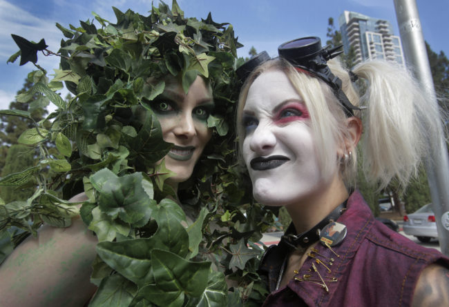 Cosplayer impersonate same-sex couple Poison Ivy and Harley Quinn, the character played by Margot Robbie.
