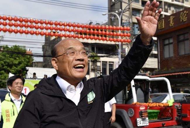 This picture taken on November 15, 2018 shows Su Tseng-chang, New Taipei mayor candidate from the ruling Democratic Progressive Party (DPP), waving during the elections campaign in Tucheng district, New Taipei City, Taiwan.