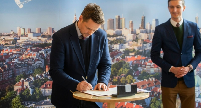 The Mayor of Warsaw Rafal Trzaskowski signs the declaration on February 18th 2019. (Facebook)