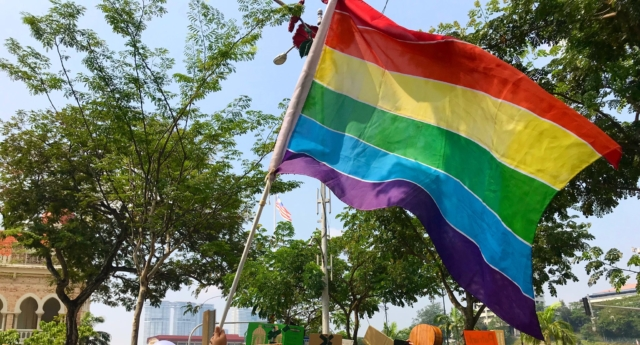 A LGBT pride flag flies at the women's march Malaysia on March 9. (sumishanaidu/Twitter)