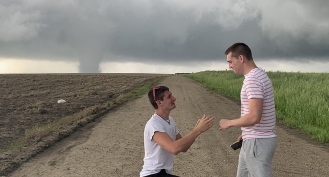 Storm chaser proposes to boyfriend as Kansas tornado approaches